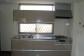 キッチンの吊戸棚の上にも明り取りの窓を取り付けて、明かりを存分に取り入れます。